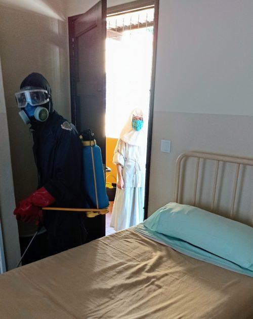 La hermana Nelida en tareas de desinfección del centro. Foto de Jordi Rovira